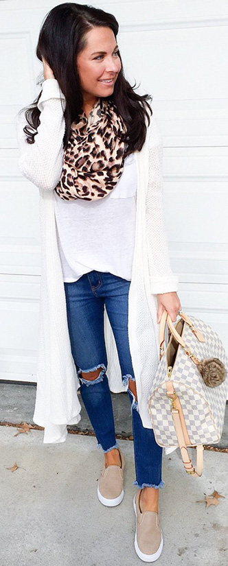15 Casual Spring Styles We Love casual look with jeans and leapord scarf