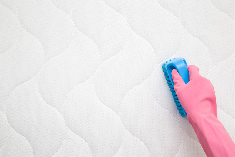 Cleaning a mattress with baking soda and essential oils